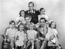 Bundesarchiv_Bild_146-1978-086-03-_Joseph_Goebbels_mit_Familie